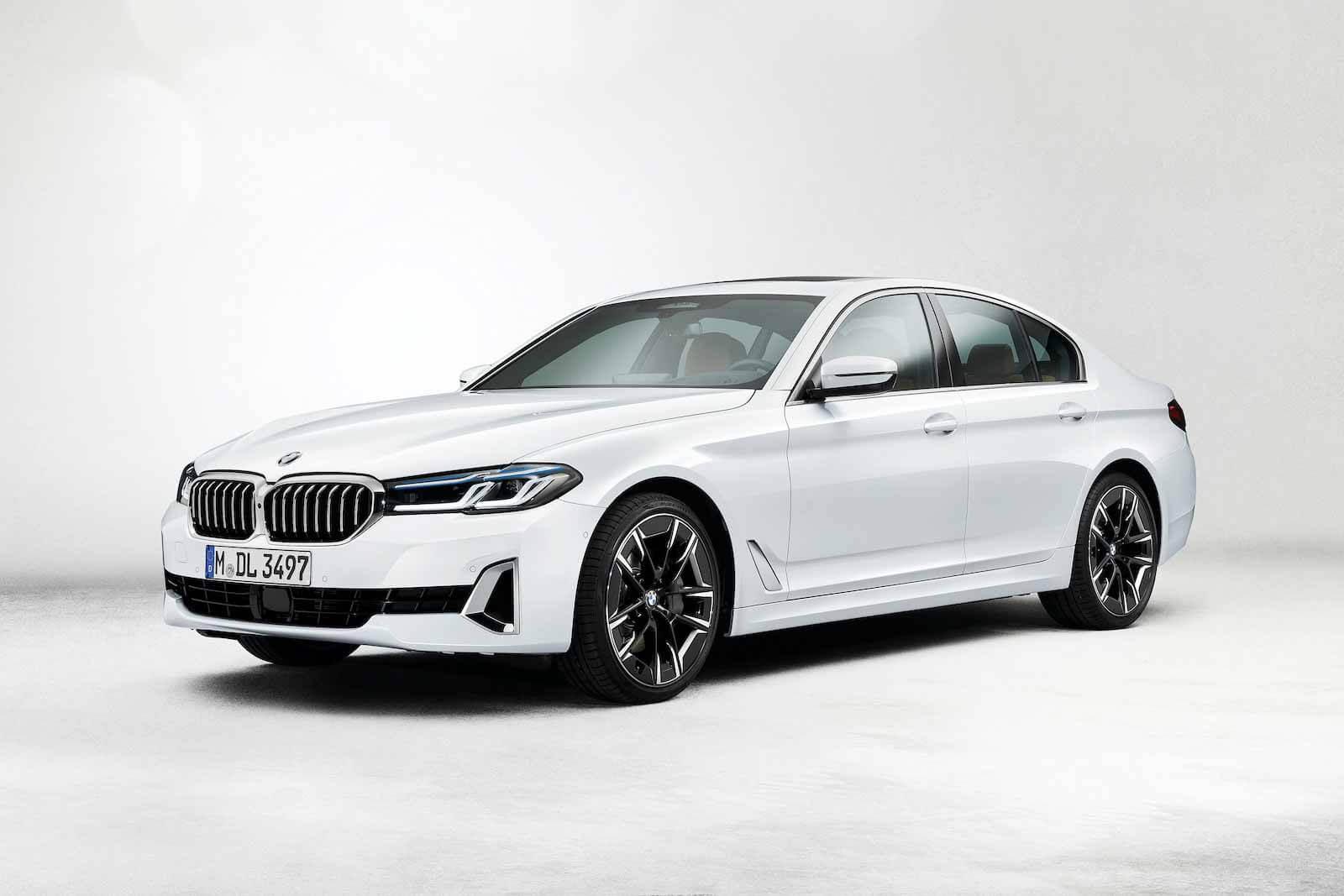 Обновленный BMW 5 серии: массовая гибридизация и черный глянец в салоне