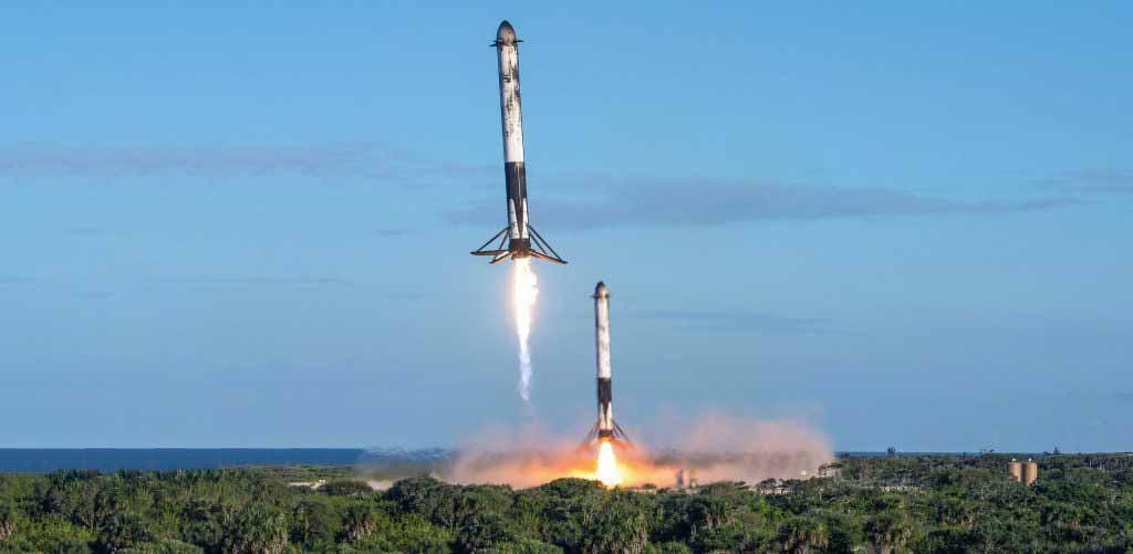 Удаленная камера фотографа ВВС США Джеймса Ренье захватила этот захватывающий вид боковых ускорителей Falcon Heavy Block 5 B1052 и B1053, возвращающихся в зоны посадки SpaceX 1 и 2. (ВВС США - Джеймс Ренье)