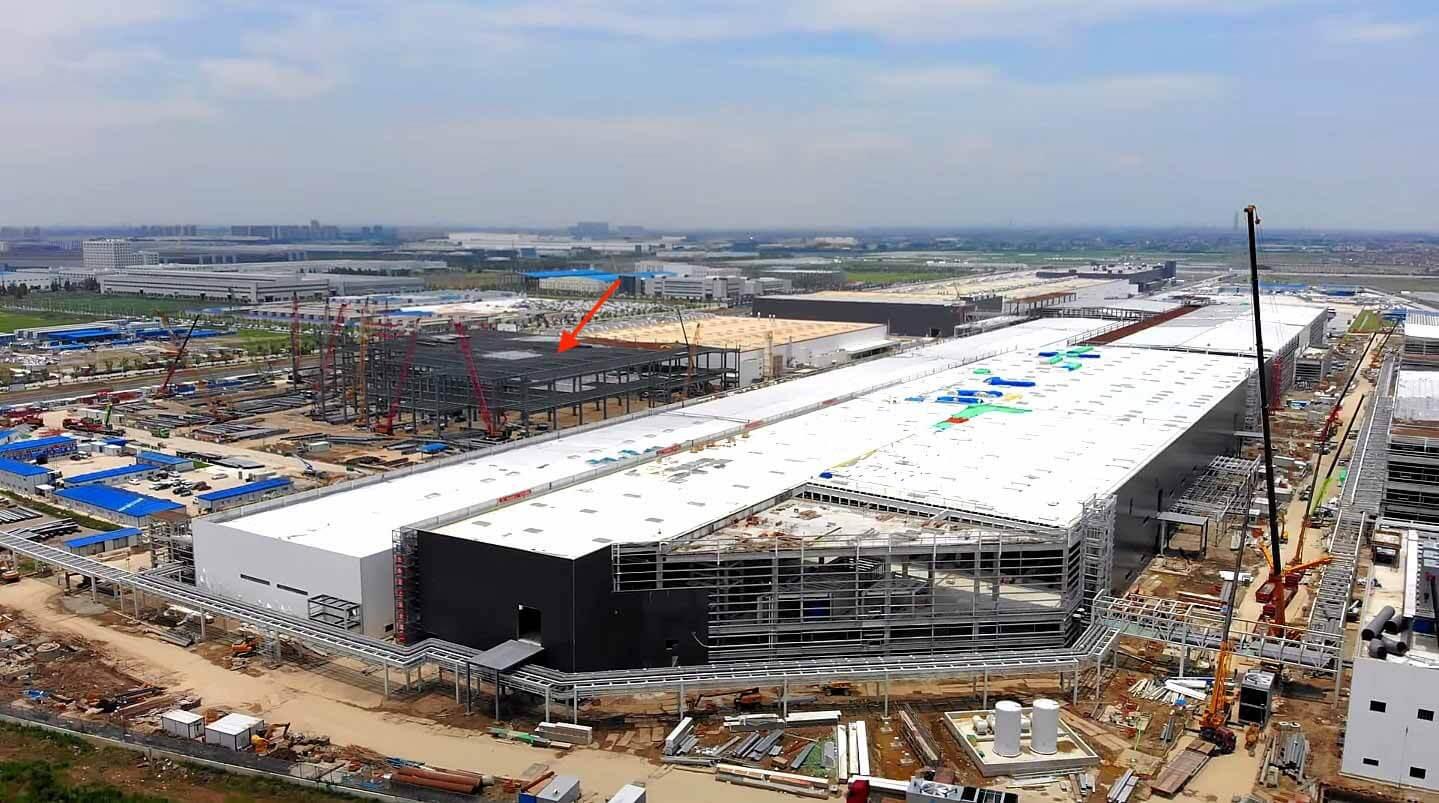 На заводе сборки аккумуляторных батарей Tesla Gigafactory в Шанхае ведется сборка