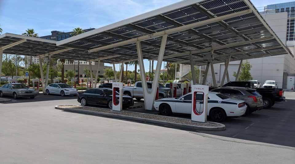 Станция Tesla Supercharger становится автостоянкой ICE