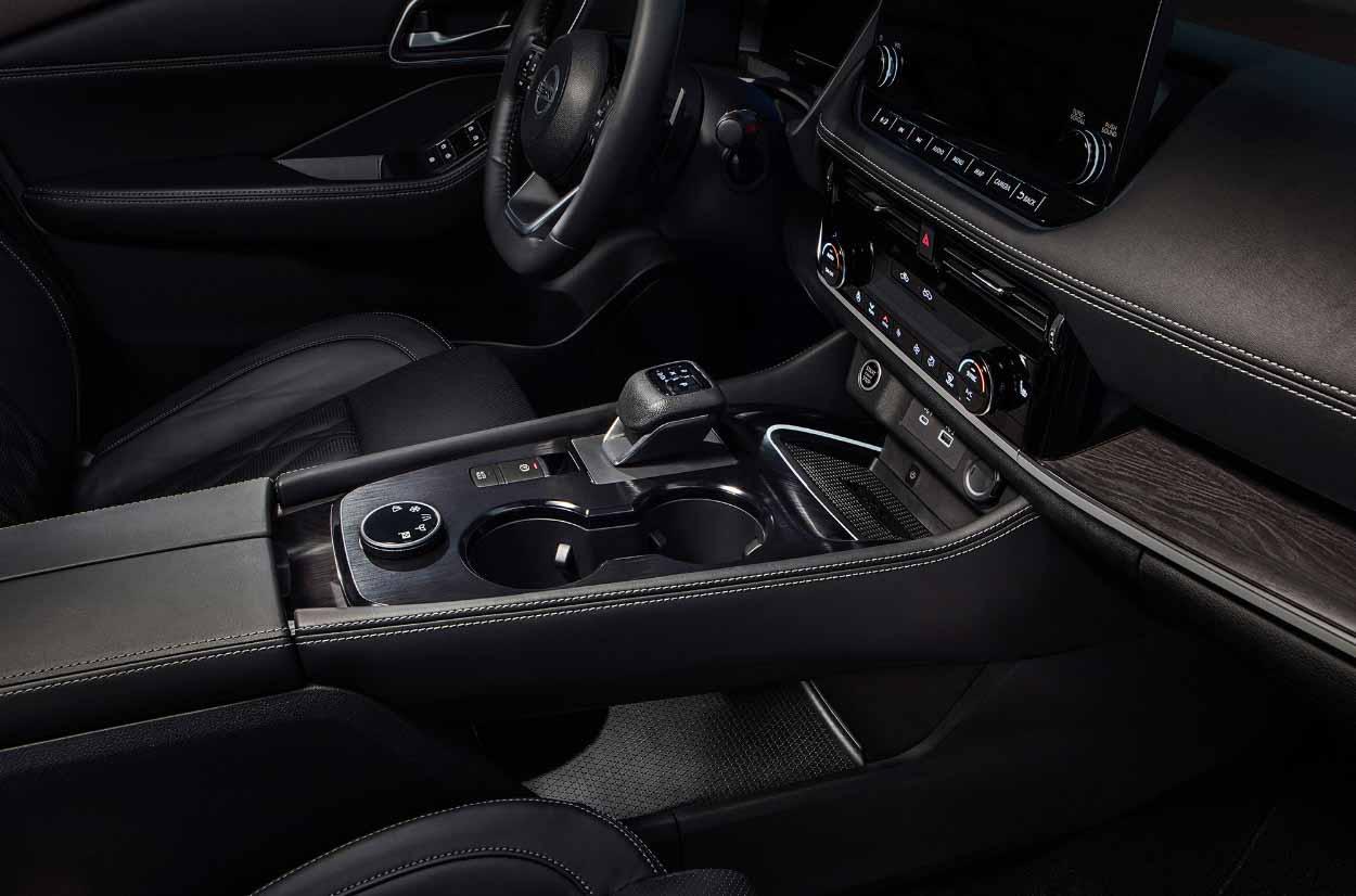 Nissan X-Trail 2021></p> <p>А вот интерьер довольно приятный. Высокий центральный туннель, симпатичный маленький рычаг переключения передач и линии приборной панели добавляют ему комфорта. На дизайн смотреть не стоит, ведь на фото самая дорогая техника с соответствующим уровнем декора. В остальном можно отметить опциональную цифровую панель и выступающий центральный дисплей. При этом объем багажника совершенно не изменился – 1113 литров.</p> <p><img src=